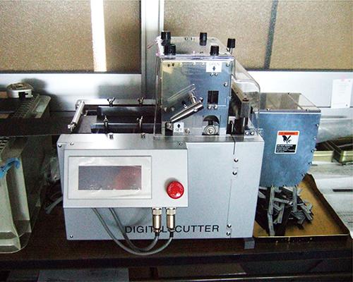 硬質素材など定寸カットします。安全性とスピードを兼ね備えた機械です。